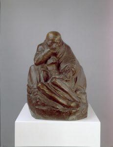 Käthe Kollwitz, Pieta, Bronze; 38 cm x 28,5 cm x 39 cm. Coulé après la mort de l'artiste.